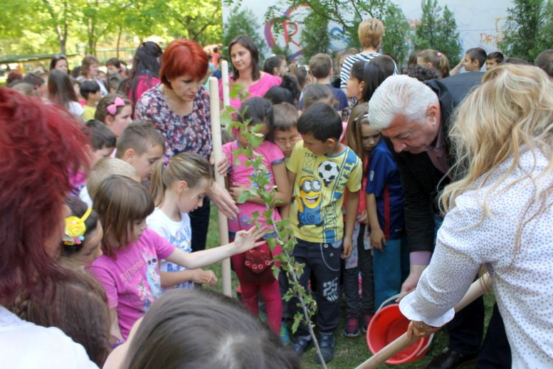 Областният управител се включи в инициативата 100 дръвчета – 100 деца-мечтатели