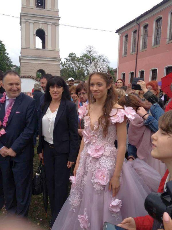 Поздравителен адрес от името на областния управител Здравко Димитров за традиционния Празник на розата в Карлово, връчи заместникът му Евелина Апостолова