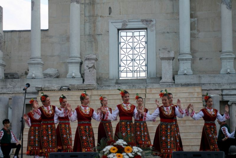 """Зам. областният управител Евелина Апостолова връчи кошница с цветя и поздравителен адрес от името на областния управител на """"Пловдив чете"""""""