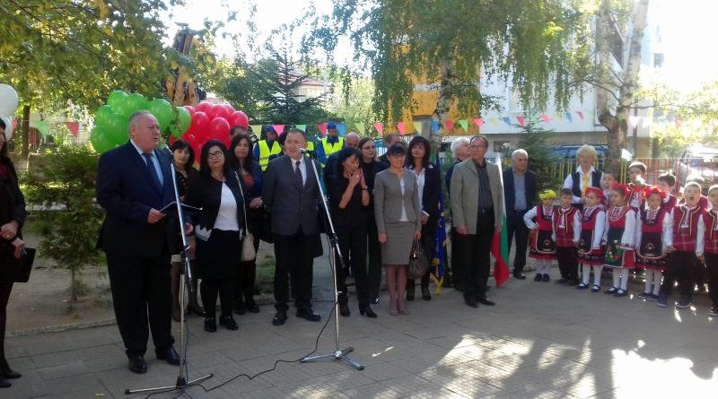 Кметът на гр. Карлово д-р Емил Кабаиванов и зам. областният управител Петър Петров дадоха старт на мащабен проект за училищата и детските градини в града