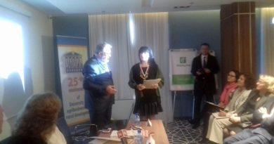 Грамоти и медали за принос в развитието на ВУАРР получиха областният управител Здравко Димитров и заместникът му Евелина Апостолова