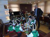 Коледарчета от ДГ Рая огласиха с песни Областна администрация
