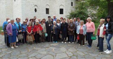 Областният управител осигури поклонническа екскурзия на възрастни хора