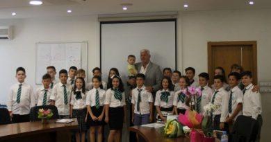 Областният управител връчи дипломите на IV б клас от СУ Св. Патриарх Евтимий