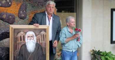 Художникът Никола Вичев дари на Областна администрация – Пловдив портрет на Дядо Добри