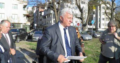 Областният управител подкрепи протестиращите в парка до хотел Санкт Петербург