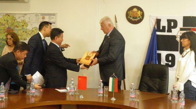 Областният управител Здравко Димитров посрещна делегация от Хайнан