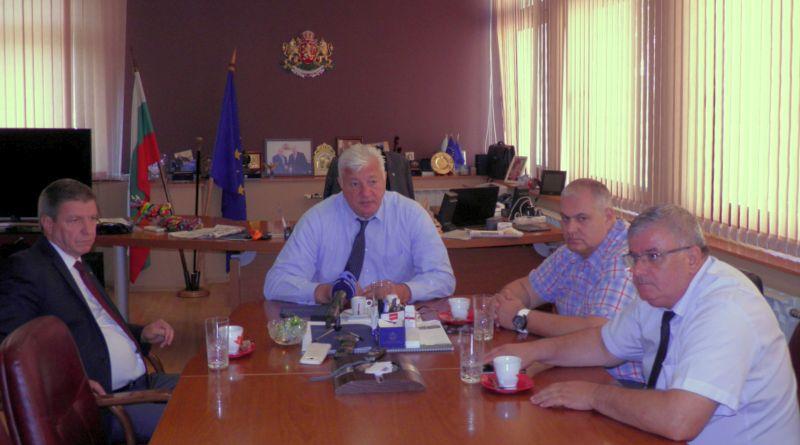Областният управител се ангажира с решаване проблемите на превозвачите от градския транспорт