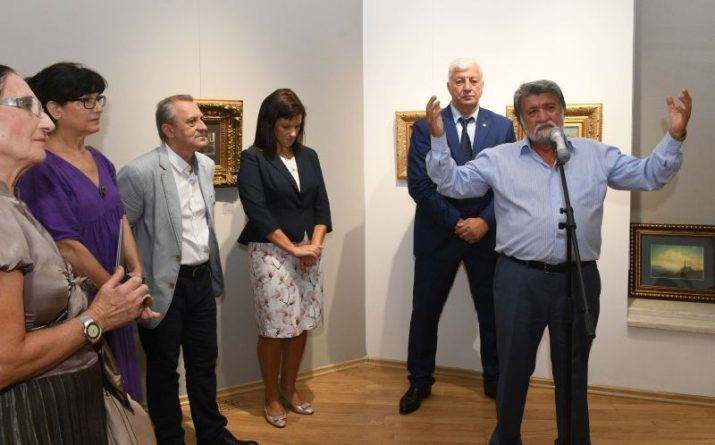 Областният управител Здравко Димитров поздрави големият български скулптор Вежди Рашидов при откриване на изложбата му Страсти