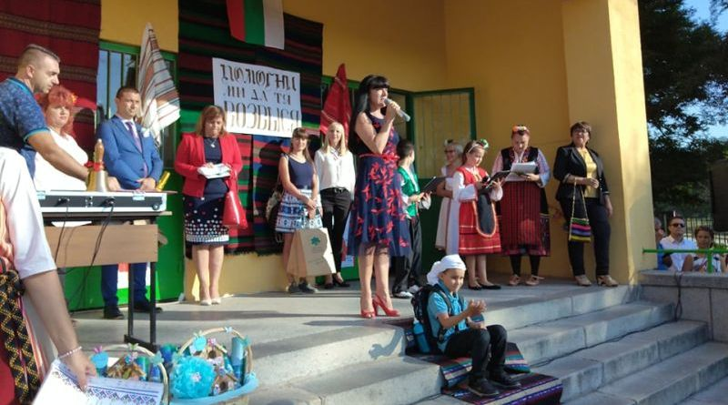 Заместник областните управители Евелина Апостолова, Димитър Керин и Петър Петров приветстваха ученици и студенти с първия учебен ден