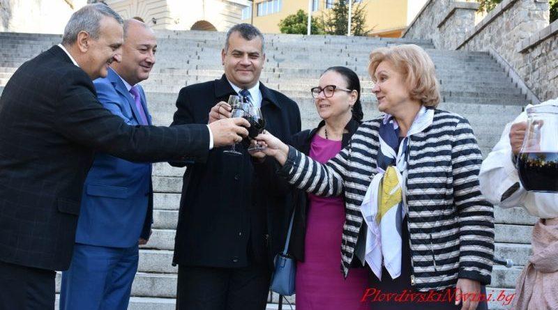 Заместник областният управител Димитър Керин поздрави участниците и организаторите на ХI-то издание на Дефиле на младото вино