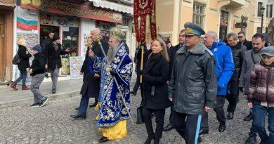 С освещаване на бойните знамена, водосвет и ритуал по хвърляне на кръста Пловдив отбеляза Богоявление