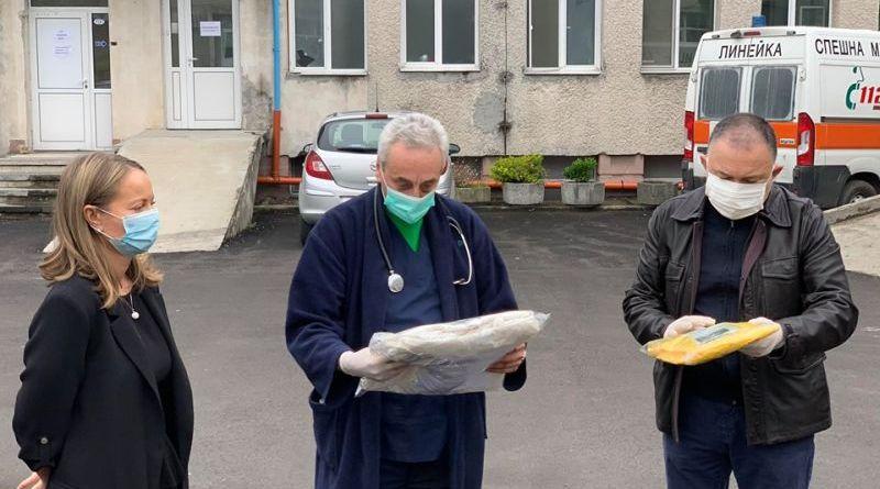 Областният кризисен щаб предаде дарените предпазни облекла и защитни средства на здравните заведения в Пловдив и областта