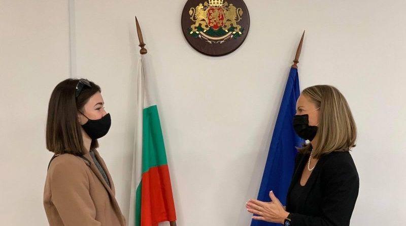 Областният управител награди ученичката Надежда Боянова от Художествената гимназия