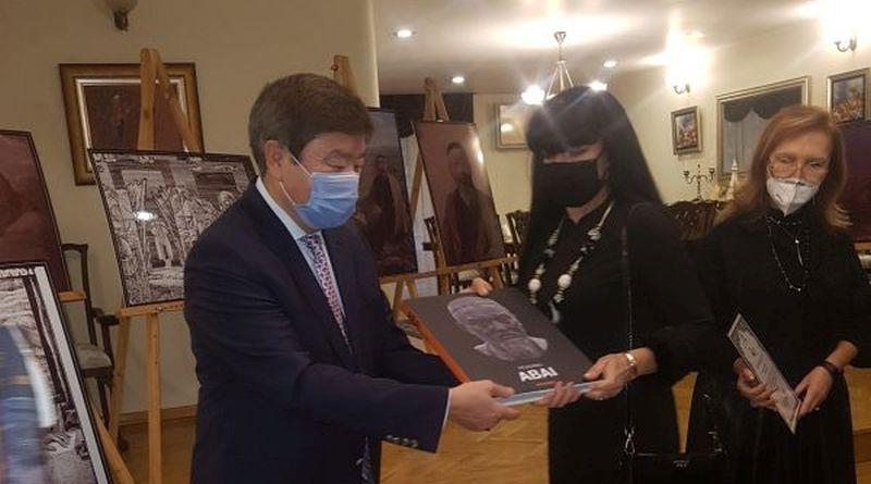 Заместник-областният управител Евелина Апостолова – гост на изложбата Абай, чрез неговото творчество
